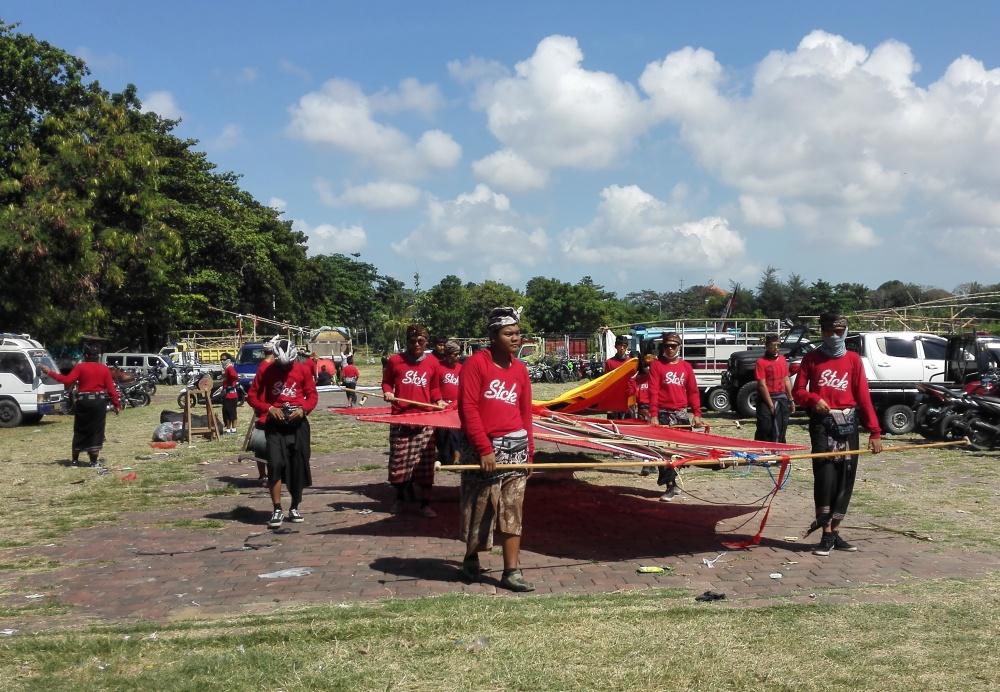 Rare angon mengangkut layangan ke Lapangan Padang Galak, Sanur