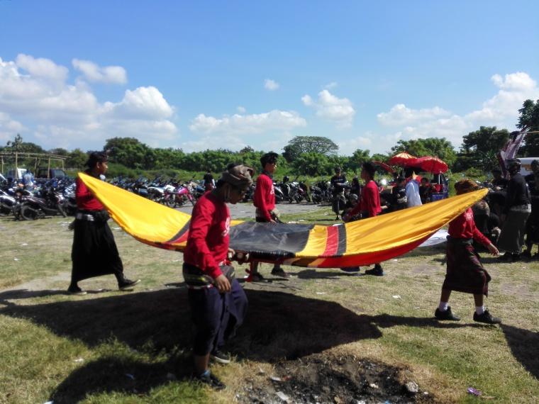 Rare angon mengangkut layanngan pecukan ke lapangan Padang Galak