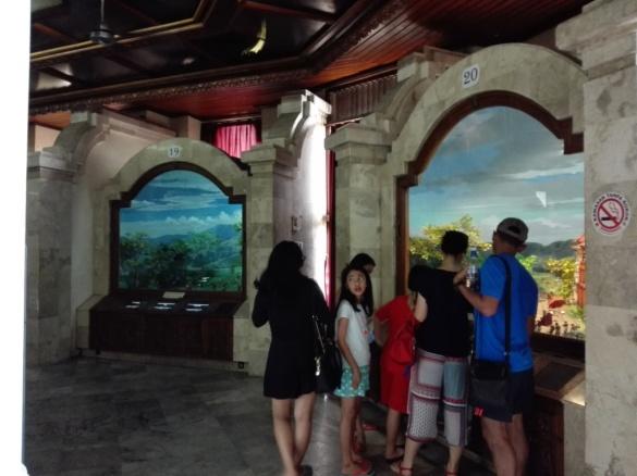 Pengunjung mengelilingi diorama sejarah perjuangan rakyat Bali