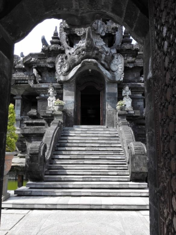 Salah satu anak tangga masuk monumen