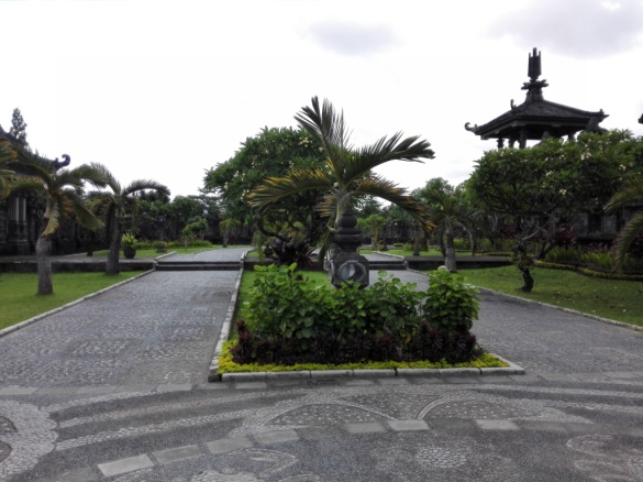 Taman sekitar monumen (1)