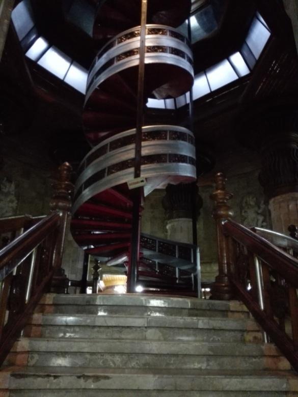 Tapak Dara, tangga spiral menuju ke lantai teratas monumen