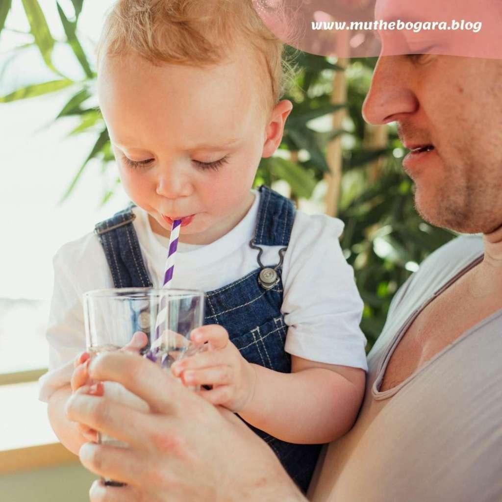 manfaat bayi minum pakai sedotan